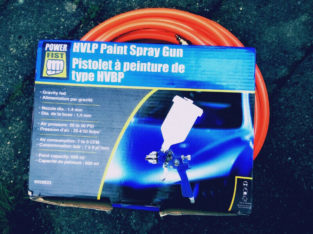 Paint spray gun with air hose