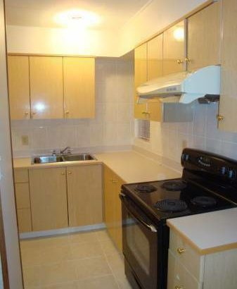 NOW or APR 15th- Bright top flr rm in clean central co-ed ho