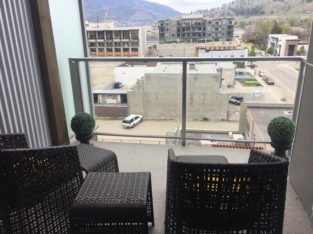 New 1-BR+Den Condo-Fantastic Downtown available from May1~