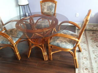 Ratan set of 3 armchairs and table with glass top